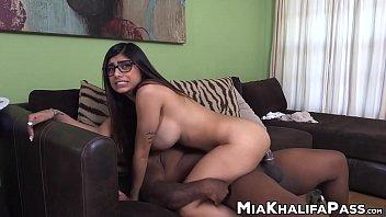 mia khalifa montando na piroca do seu amigo dotado e fodendo no sofá
