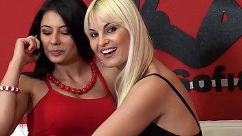 porni duas gostosas fazendo um sexo lésbico gostoso em cima do sofá