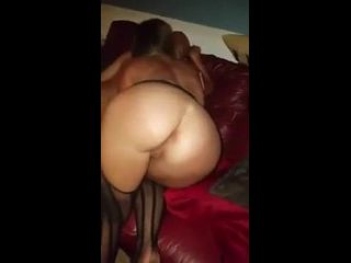 redrube corno filmando sua esposa dando a buceta no sofá