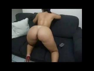 menina rabuda de quatro no sofá sentindo ferro entrar na pepeca