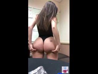 novinha sentando se mostrando semi nua e gravando vídeo amador