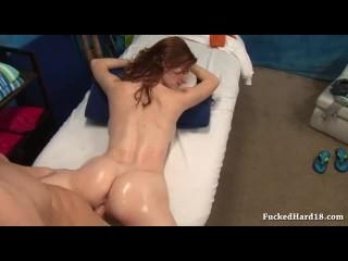 morena brasileira gostosa de bruços na cama fazendo amor