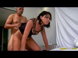 novinha gostosa fudendo com força em um sexo pesado na cama