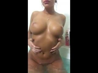 novinha linda e gostosa gravando porno com os peitos naturais de fora