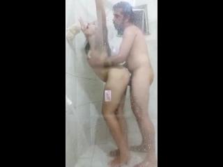 transando no chuveiro e gemendo enquanto pau entra na buceta