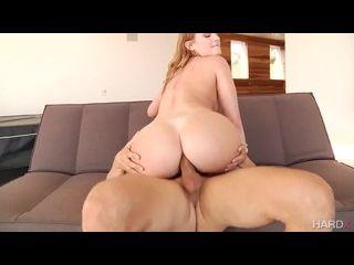 mulher melao fazendo sexo anal com o seu amigo dotado no sofá