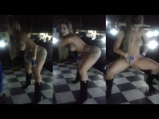 pelada dançando na festa com muita safadeza empinando o cu