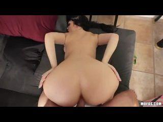 sexo amarrada morena rabuda cavalgando na pica do amigo no sofá