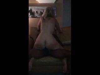 trans amador marido filma sua esposa loira fodendo com negão
