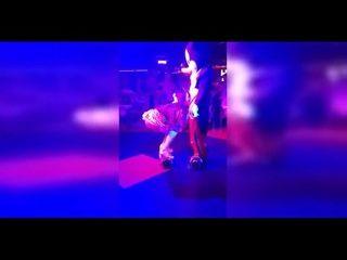 videos de swxo loira gostosa chupando rola em festinha da putaria