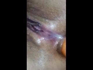 xvidos com enfiando cenoura no cu virgem da esposa safadinha