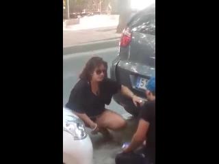 bizarro sexo no meio da rua entre os carros estacionados