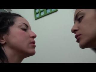 mulher comendo outra mulher com consolo de borracha bem grande