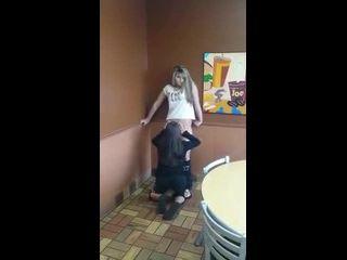 novinha mostrando tudo chupando a buceta da amiga no restaurante