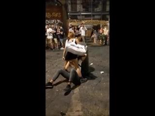 ruiva gozando enquanto recebe sexo oral em praça pública