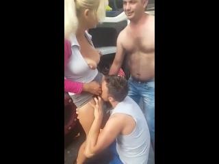 uma mulher pelada sendo chupada por rapaz na parada dos caminhoneiros