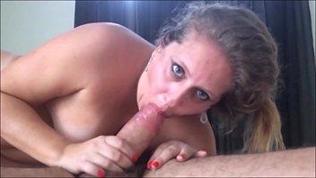 chupando o pau do amante enquanto marido corno filma o sexo