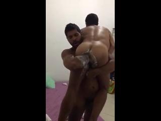 porbo gay do cu arrombado sentindo braço entrando na bunda