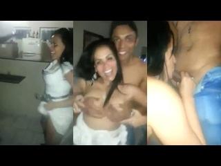 levantando a saia enquanto faz sexo oral na festa social