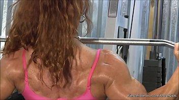 mulher gotosa malhando na academia mostrando seu corpo perfeito