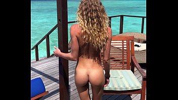 sexo no mar com novinha chupando pica e dando pepeca rosada