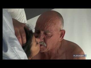 transando muito velho dotado comendo uma morena novinha