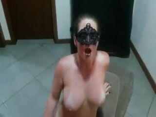 xvideos as melhores corno filmando sua esposa loira peladinha na sala