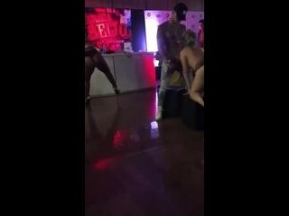 videos de sexo em grupo vários homens fodendo novinhas na festa