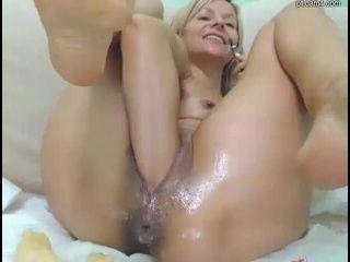 anal com loira fogosa metendo várias bananas grossas na buceta larga