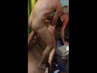 gostosa no anal dando em pé transando na frente do seu marido