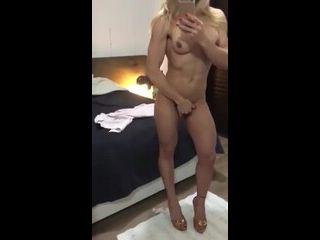 hot boys gay loira muito gostosa mostrando seu corpo escultural