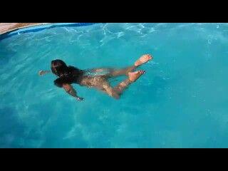 sambaponro Letícia safada nadando toda peladinha dentro da piscina