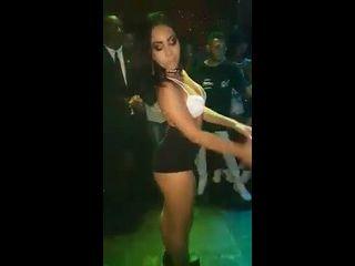 rabuda rebolando gostoso no baile funk mostrando a bunda para todos