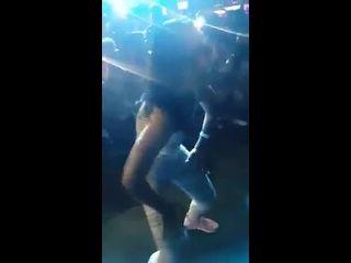 videos de seso morena assanhada rebolando o rabo em festa funk pública