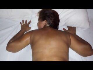 novinha linda dando o cuzinho de quatro na cama gemendo no cacete duro